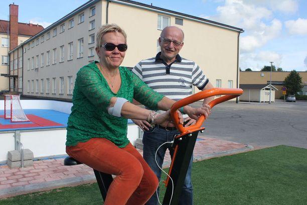 Raija Talvitie testasi pyörää Seppo Saranpään kannustaessa.