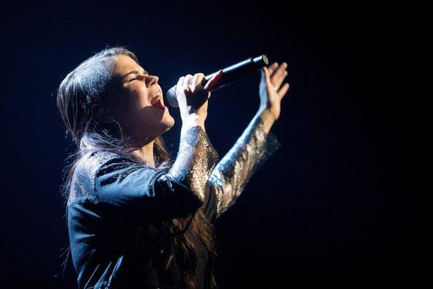 Saara Aallolla on jälleen näytön paikka Britannian X Factorissa.
