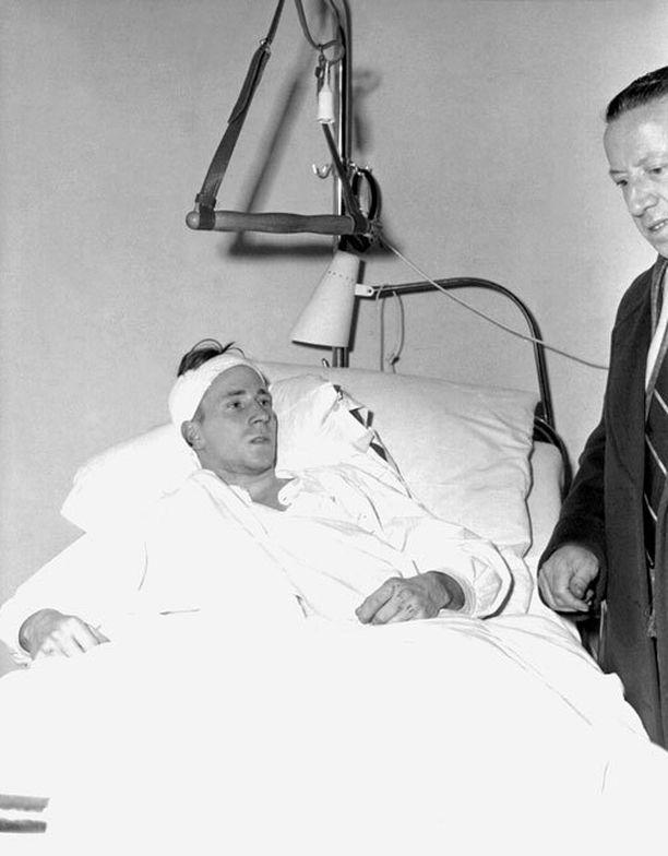 Bobby Charlton toipui sairaalassa Münchenin lento-onnettomuuden jälkeen.