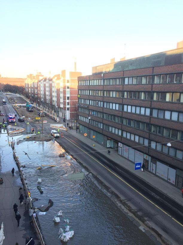 Vesi ja liikenne ovat olleet poikki Hämeentiellä.