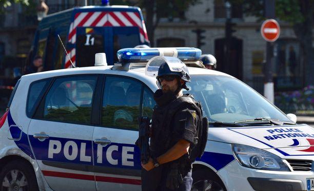 Pariisin itäisessä kaupungiosassa on tapahtunut vakava tilanne, jossa kuljettaja ajoi pizzerian terassille. Tapahtumassa kuoli nuori tyttö. Kuvituskuva