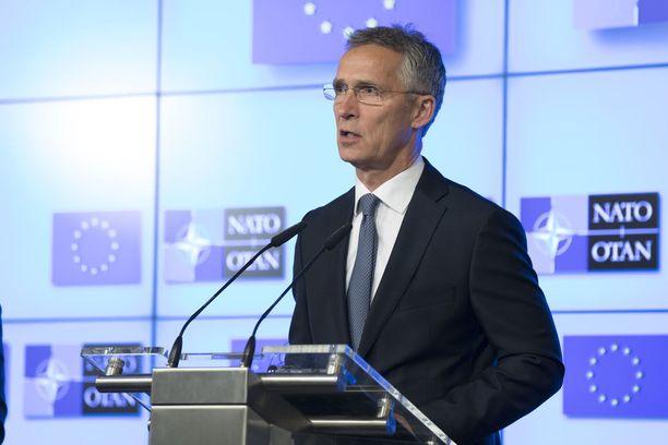 Naton pääsihteeri Jens Stoltenberg kiitti tiistaina Brysselissä Yhdysvaltain presidentti Donald Trumpia johtajuudesta puolustusmenojen lisäämisessä.