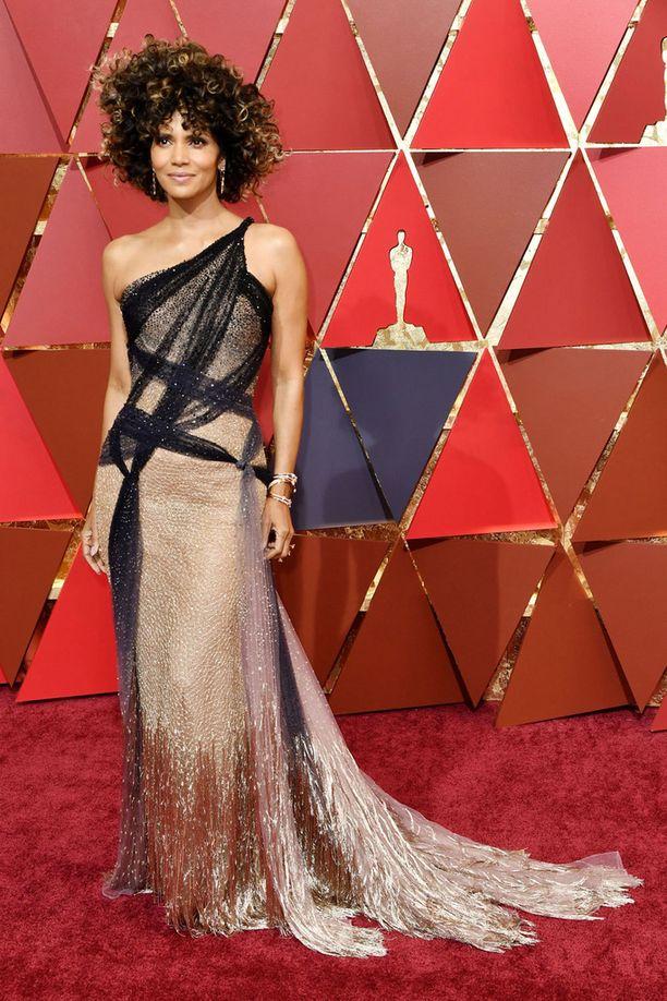Halle Berryn puku oli Versacen kädenjälkeä.
