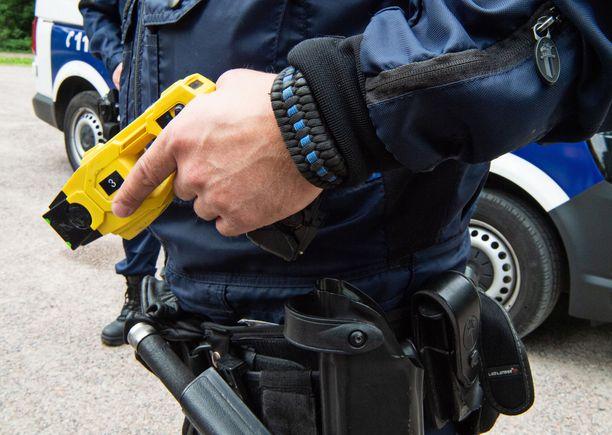 Poliisi käytti 50 000 voltin etälamautinta varoittamatta naista etukäteen. Kuvituskuva.