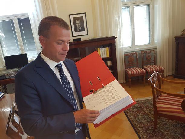 Valtiovarainministeri Petteri Orpo näytti Iltalehdelle elokuussa ennen valtiovarainministeriön budjettineuvotteluja punaista kansiota, johon oli koottu eri ministeriöiden rahatoiveita.