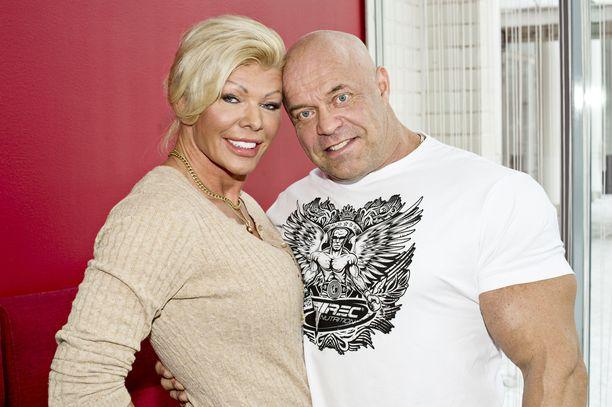 Tiina Jylhällä ja Tape Valkosella on yhteensä ulosotossa 140 000 euroa. Silti he viettävät Tallinnassa luksuselämää.
