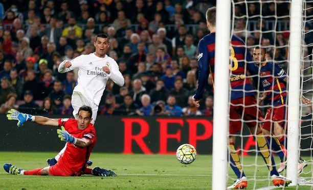 Cristiano Ronaldo upottaa voittomaalin Claudio Bravon selän taakse.