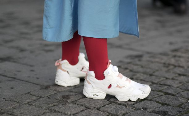 Mikäli punainen takki ei inspiroi, voi asuun tuoda väriä myös vaikkapa kirkkaanpunaisten sukkahousujen avulla. Tämä temppu toimii, vaikka asu olisi muuten kokomusta.