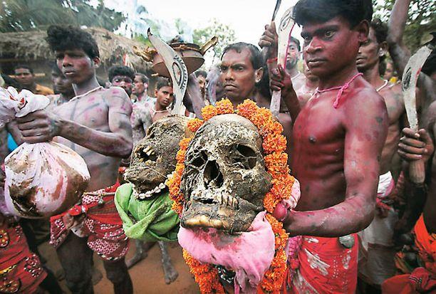 Kuvan intialaiset hindumiehet ovat valmiina Kurmunin kylässä järjestettyyn Shiva-Gajan-juhlaan. Sikäläisen kalenterin vuoden viimeistä päivää pyhittävään ilonpitoon varustaudutaan perinteisesti hakemalla juhlarekvisiittaa hautausmaalta.