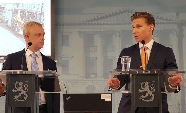 Kai Valonen (vas.) ja oikeusministeri Antti Häkkänen pitivät tiedotustilaisuuden Valtioneuvoston linnassa Helsingin Kruununhaassa.