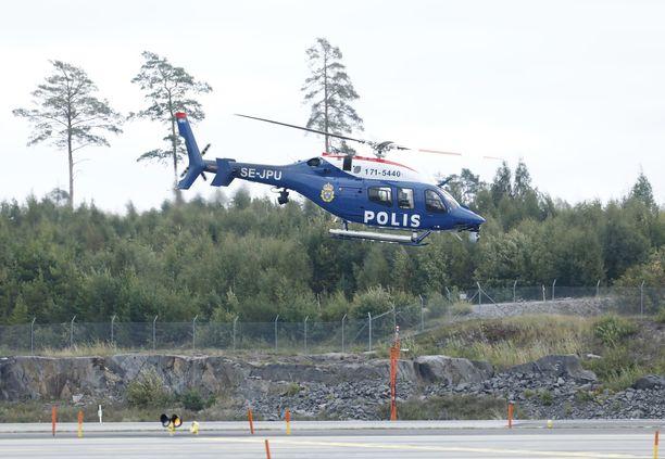 Etsintäoperaatioon osallistui useita helikoptereita.