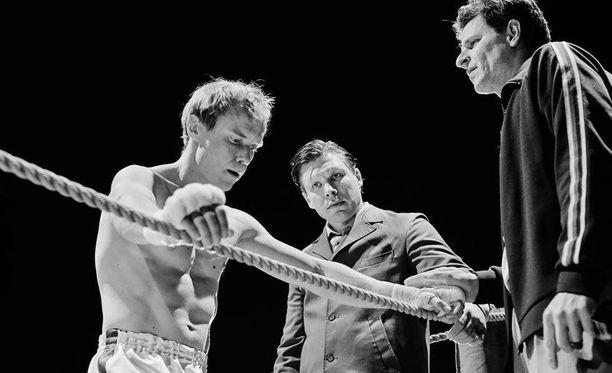 Suomessa koettiin historiallinen hetki 1962, kun kokkolalainen Olli Mäki kohtasi Helsingin olympiastadionilla höyhensarjan MM-ottelussa amerikkalaisen Davey Mooren. Tästä todellisesta ottelusta ja siihen valmistautuvasta Olli Mäestä kertoo Juho Kuosmasen elokuva Hymyilevä mies.