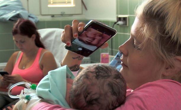 - Purskahdin itkuun saman tien. Äidinrakkaus tuli heti, Emma kuvailee tuntojaan synnytyksen jälkeen.