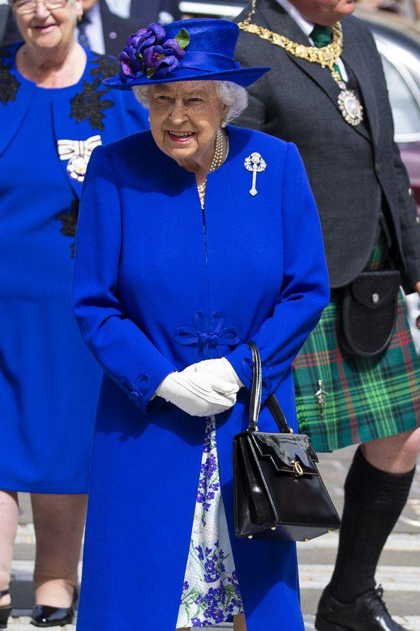The Sunin mukaan kuningatar Elisabet ei aio puuttua veljesten riitoihin, jos sellaisia on.