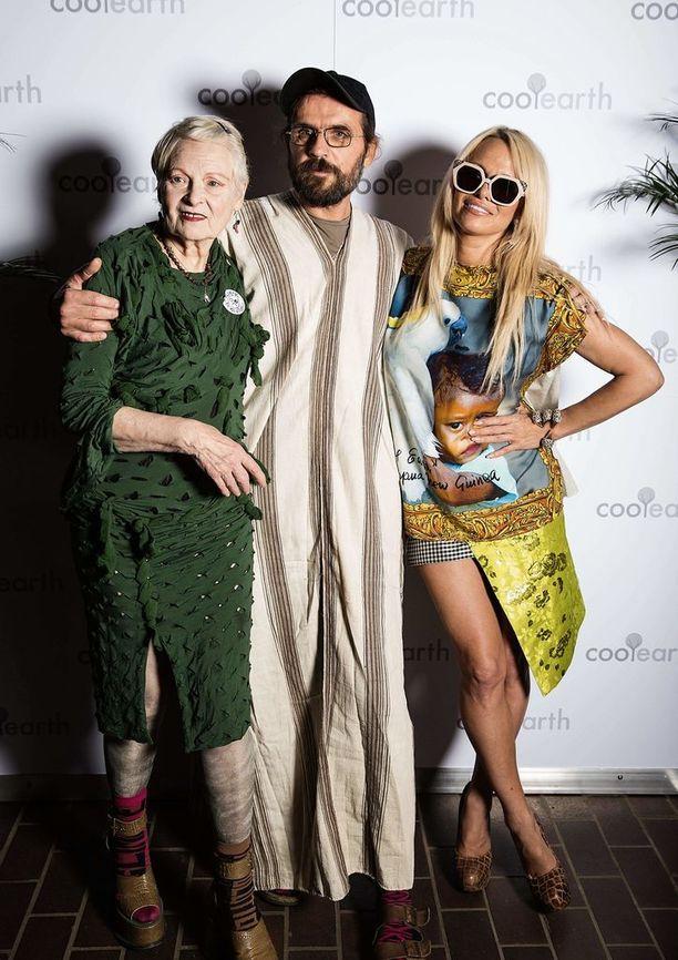 Vivienne Westwood, Andreas Kronthaler ja Pamela Anderson vuonan 2015.
