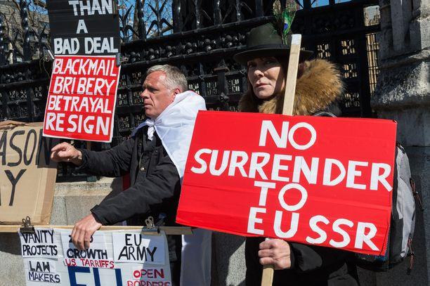 Brexitin kannattajia Britannian parlamenttitalon edustalla torstaina.