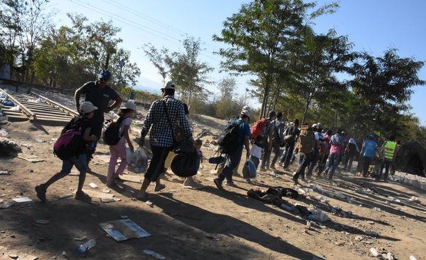 Pakolaisia Kreikan ja Makedonian rajalla. Muun muassa Kreikkaan tulleita turvapaikanhakijoita ollaan jakamassa muihin EU:n jÀsenmaihin.