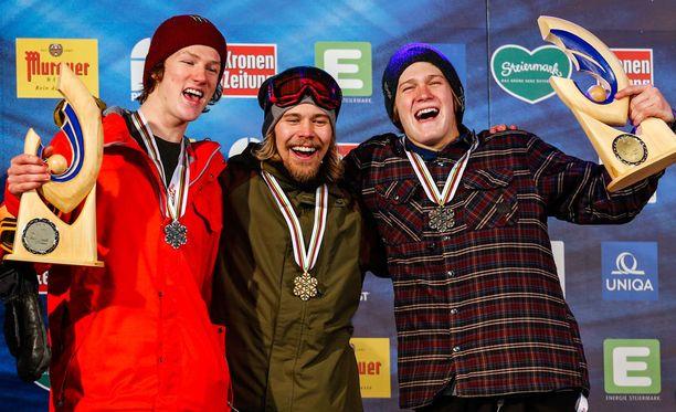 Roope Tonteri (keskellä) voitti big airin maailmanmestaruuden tammikuussa Itävallassa ennen Darcy Sharpea (vasemmalla) ja Kyle Mackia.