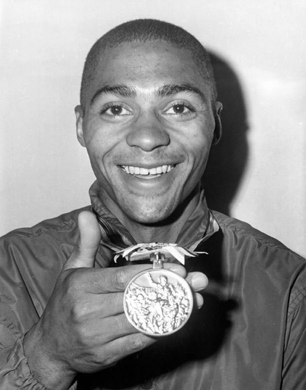Henry Carr voitti 200 metrin olympiakultaa Tokiossa ennätysajalla.