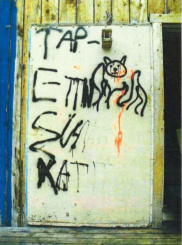 Oveen kirjoitettiin viesti Näkkäläjärven isältä haetuilla spray-maaleilla. Yksi viidestä pojasta osallistui ainoastaan viestin kirjoittamiseen muiden lyödessä kissaa kuoliaaksi.