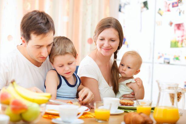 Perhevapaat on tarkoitus jakaa tasan vanhempien kesken ja lisäksi vanhemmat saavat päättää, kumpi vanhemmista pitää kolmannen jakson.