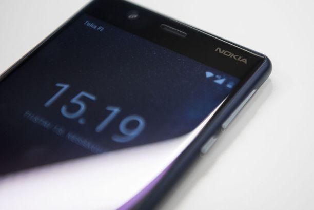 Ainoat merkit siitä, että kyseessä on Nokia-puhelin, löytyvät etupuolen oikeasta yläkulmasta ja takakannesta.