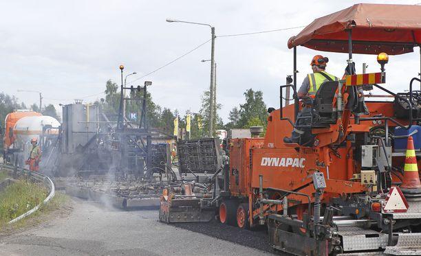 Työntekijät altistuvat helteelle esimerkiksi asfalttitöissä. Kuvituskuva.