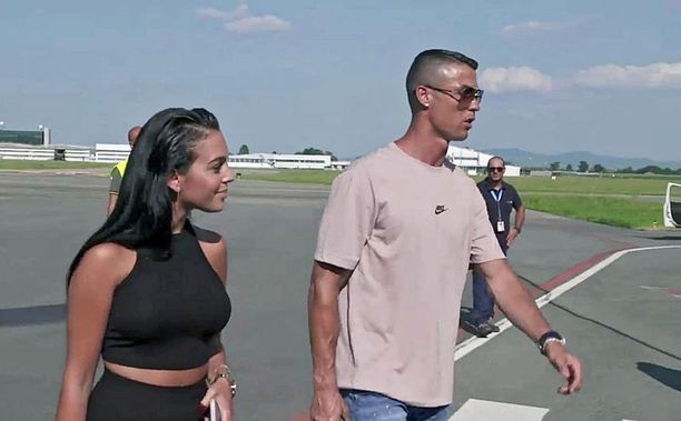 Cristiano Ronaldo ja hänen naisystävänsä Georgina Rodriguez saapuivat Torinoon sunnuntaina.