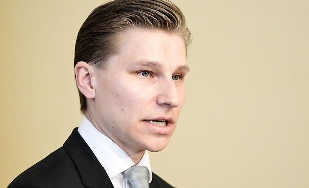 Oikeusministeri Antti Häkkäsen mukaan laittomasta maassa oleskelusta voisi saada jatkossa sakkoa tai enintään kuusi kuukautta vankeutta.