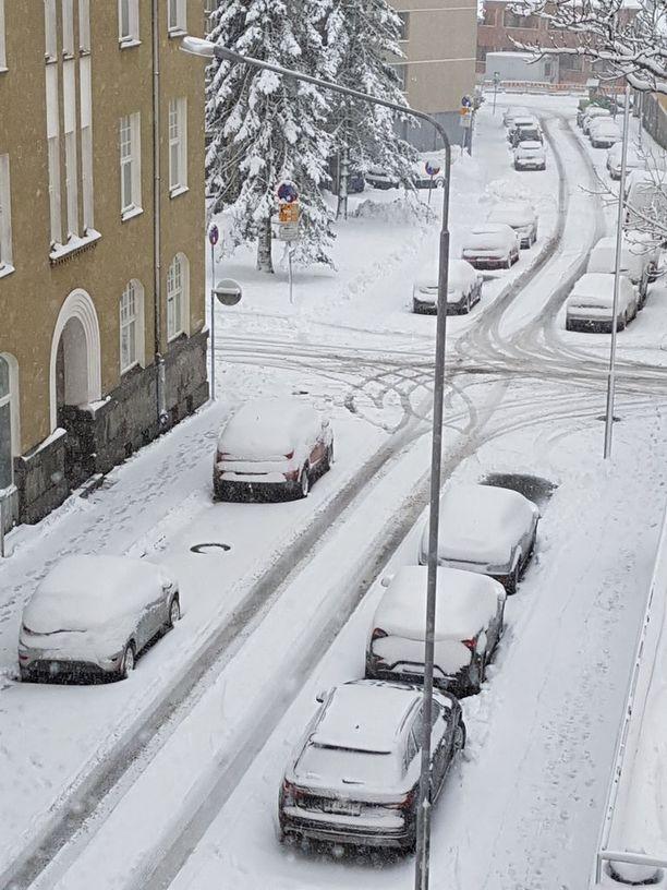 Tamperelaiset heräsivät lokakuiseen lumipeitteeseen torstaina.