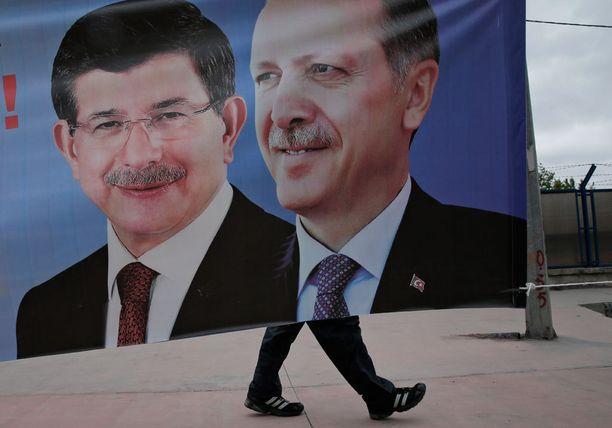 Erdogan yhdessä pääministerinsä Ahmet Davutoglun kanssa.