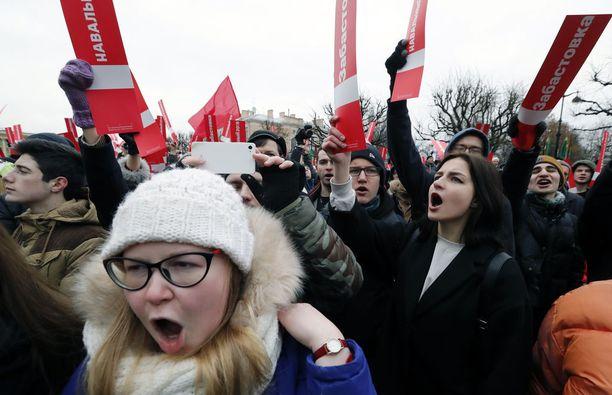 Tuhannet ihmiset kokoontuivat eri puolilla Venäjää vastustamaan Kremlin valtaa ja kannustamaan Navalnyita. Suurista Navalnyin kannattajajoukoista huolimatta Kreml ei omien sanojensa mukaan pidä Navalnyita uhkana.