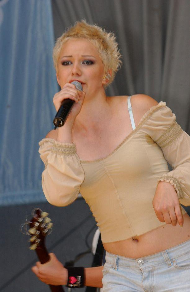 Petra vuonna 2002 Kaivopuiston kesäkonsertin lavalla.