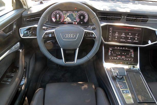 Ultradigitaalinen ohjaamo. Kaksi näyttöä, tai oikeastaan kolme, kun lasketaan tämän auton virtuaalinen mittaristo mukaan.