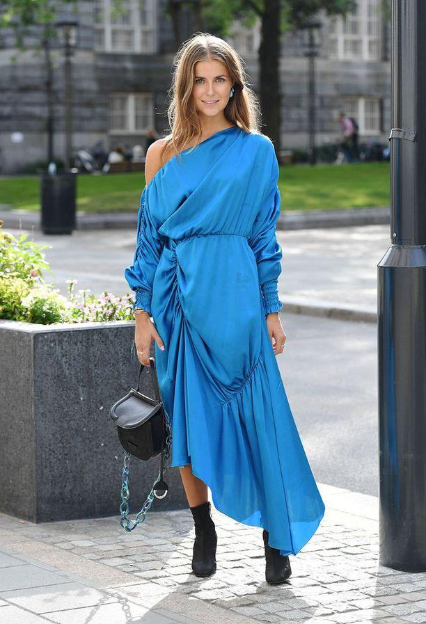 Rakastamme tämän mekon naisellista mallia ja sinistä väriä!