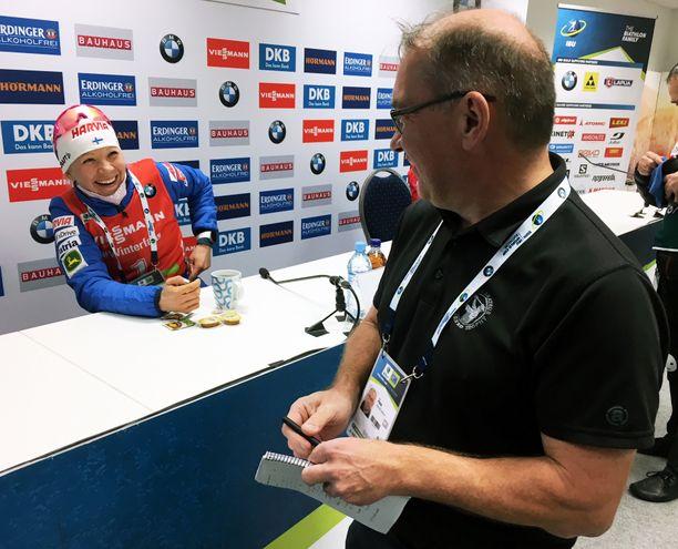 Kaisa Mäkäräinen (vas.) sai Helsingin Sanomien toimittajalta Ari Pusalta 25 euroa.