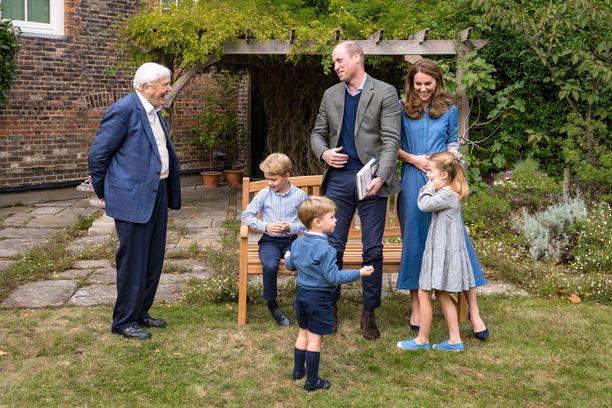 Cambridgen herttuaperhe tapasi David Attenborough'n viime viikolla Kensingtonin palatsin puutarhassa.