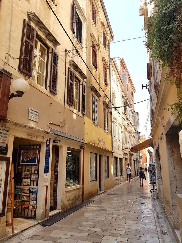 Zadarin vanhankaupungin kapeat kujat hurmaavat tunnelmallaan.