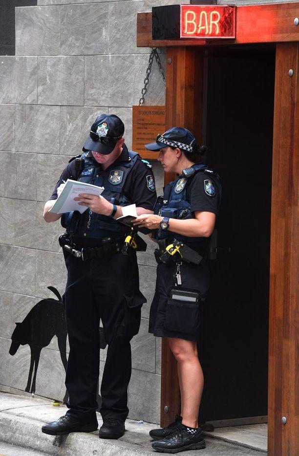 Poliisit valvoivat onnettomuuspaikan edustaa Brisbanessa perjantaina.