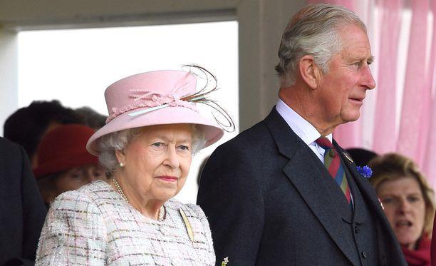 Brittilehden lähteiden mukaan kuningatar Elisabet ei halunnut syntyvän riitaa, ja siksi hän luopui sihteeristään. Prinssi Charles (kuvassa oikealla) halusi sihteerin lähtevän.