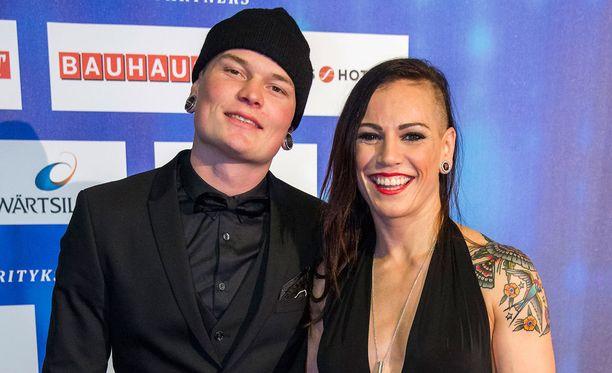Niklas Räsänen ja Eva Wahlström saavat toisistaan voimaa ennen yhteistä otteluiltaa.