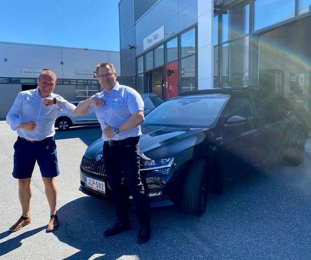 Vaasan seudun Matkailu Oy:n toimitusjohtaja Max Jansson ja Rinta-Joupin Autoliikkeen myyjä Lars Thölix tekivät alkuvuonna kaupat Škoda Superb IV hybridistä. Uusi omistaja on ollut erittäin tyytyväinen uuteen ajopeliinsä.