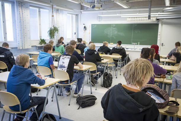 Suomen nykyinen oppivelvollisuusmalli on OAJ:n mielestä aikansa elänyt. Kuvassa lukiolaisia fysiikan tunnilla.