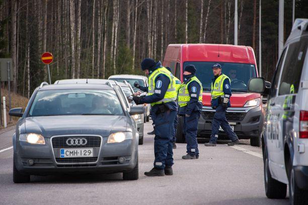 Poliisi jättää Uudenmaan tiesulkuja joiltakin osin valvomatta ja alkaa tehdä tarkastuksia maakunnissa.