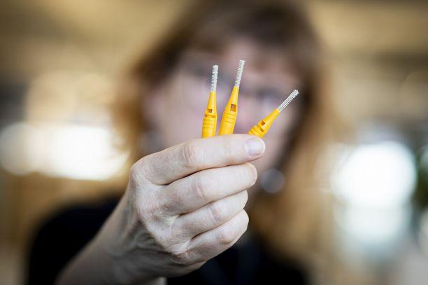 Hyvään suunhoitoon kuuluu hampaiden harjauksen lisäksi myös hampaiden välien puhdistus. Se onnistuu parhaiten hammasväliharjalla.