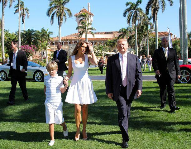Donald Trump nykyisen vaimonsa, slovenialaissyntyisen mallin Melanian ja heidän poikansa Barronin kanssa Mar-a-Lagossa.