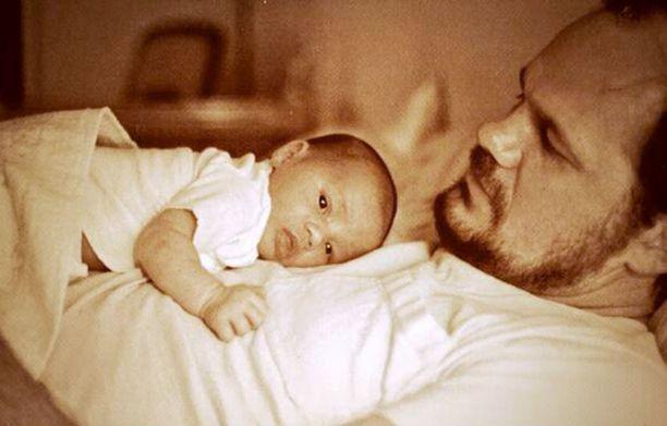 Meghan vauvana isänsä hoivissa.