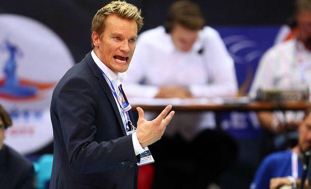 Päävalmentaja Tuomas Sammelvuo johtaa EM-kisoissa Suomen lentopallomaajoukkuetta.