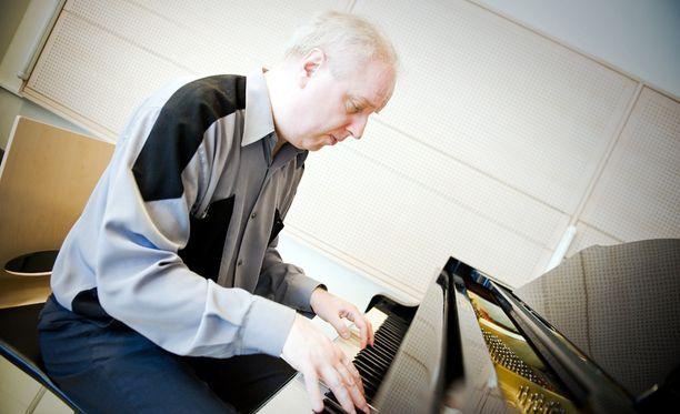 Arto Satukangas Sergei Rahmanovin kolmannen pianokonserton parissa vuonna 2012.