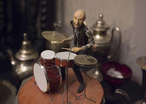 Remun olohuoneessa on vain yksi uusi esine: muusikko Mariskalta saatu paperimassasta tehty rumpali.